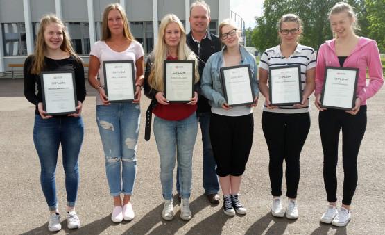 Eleverna på bilden har efter ett- års studier i kursen Massage 1 blivit diplomerade. 2015